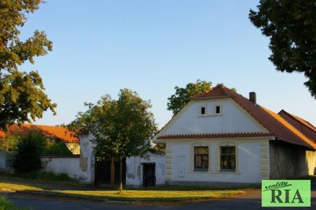 Kouty 5km od Poděbrad RD (bývalý statek) 3+1, stodola, pozemek 2.000m2