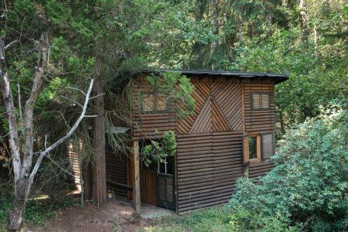 Dřevěná chatka se nachází u města Hronov-Zbečník, okres Náchod
