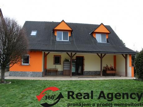Exkluzivně - velmi zajímavá nemovitost, 3 domy, stodola, 6 garážových míst, bazén, rybník.