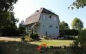 Krásný rodinný dům s terasou, bazéném a s velkým pozemkem. - 2
