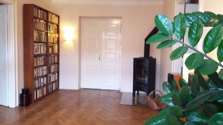 Pronájem bytu 3+1 v centru Prahy u náplavky 95m2 s krbovými kamny, zařízený