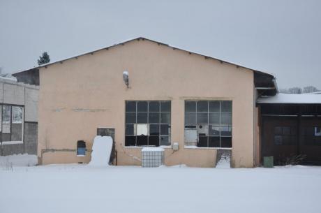 Pronájem skladové či výrobní haly s kanceláří v uzavřeném areálu v Jablonném v Podještědí