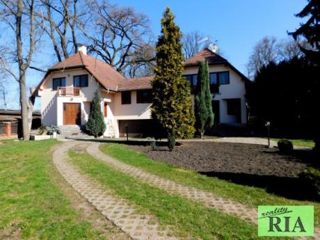Poděbrady exkluzivní prodej luxusního dvojdomu 233 m2 v klidné části Poděbrad s okrasnou zahradou - jedinečná nabídka