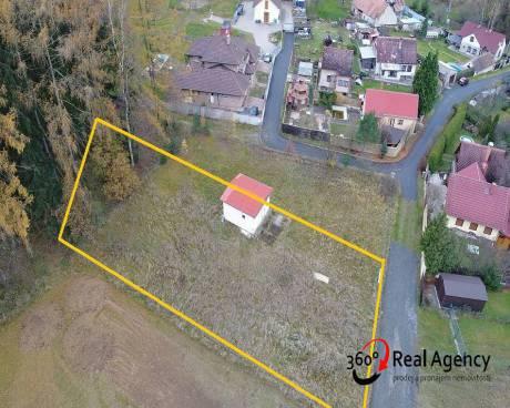 Prodej pozemku 930m2, v malé vesnici, v blízkosti obce Neveklov, obklopené přírodou.