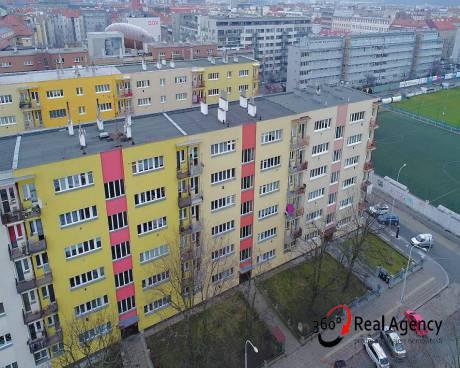 2+kk/balkon/sklep 52m2, OV - lze Hypotéka, kousek od metra Nádraží Holešovice.