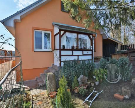 Prodej domu se zahradou 650m2, bazén s výhledem do přírody, klidné místo s výbornou dostupností