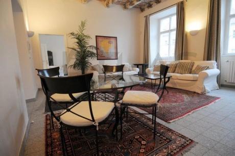 Pronájem plně zařízeného bytu 3+1, 104m2, s originálním dřevěným malovaným stropem z období baroka