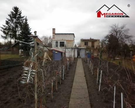 Zahrada se zděnou chatou, 690 m2