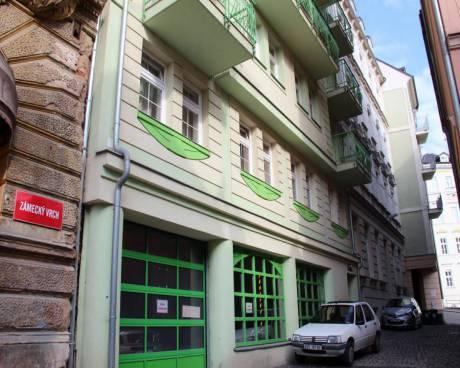 nabízíme k dlouhodobému pronájmu byt o dispozici 3+kk s dvěma balkony na Zámeckém Vrchu v centru Karlových Varů.