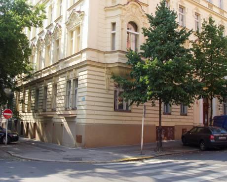 K pronájmu pěkný byt 2 + 1 v klidné rezidenční oblasti pražských Vinohrad  – ul. Chodská 9, Praha 2.