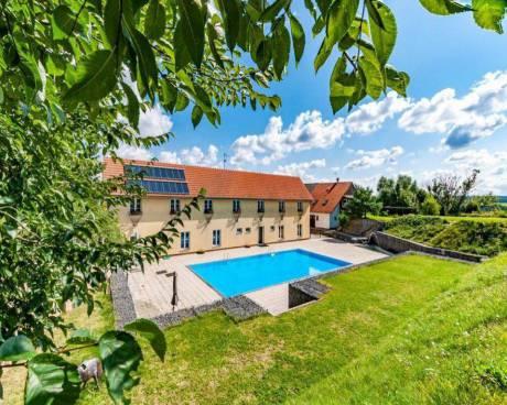Prodej penzionu (2872m2), pozemek (7964m2), bazén, stáje, Křivoklátsko